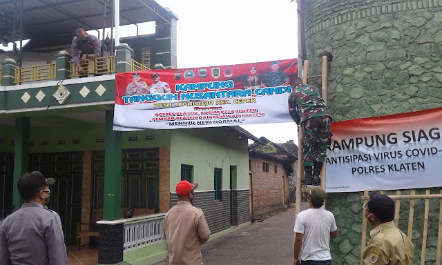 Babinsa Koramil 23/Ceper Bersama Bhabinkamtibmas Monitoring Pemasangan Spanduk Program Kampung Tangguh