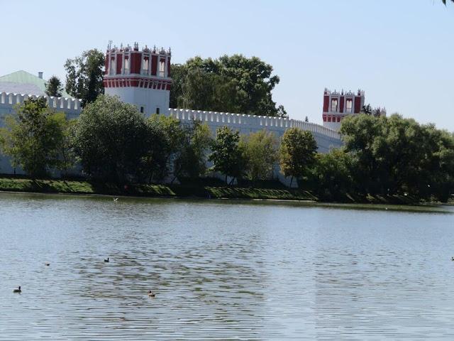 """""""Lago dos cisnes"""" no Parque Novodevichy - Moscovo"""