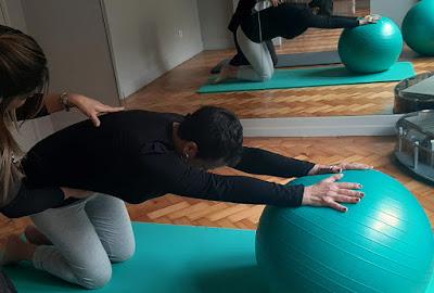 mulher fazendo pilates com instrutora