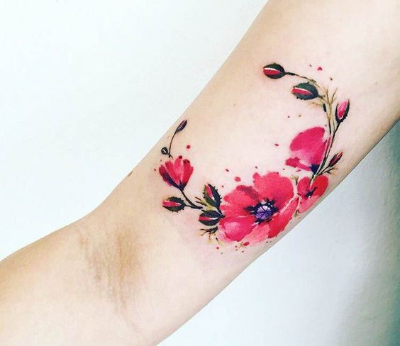 Exquisito tatuaje de flores en el antebrazo
