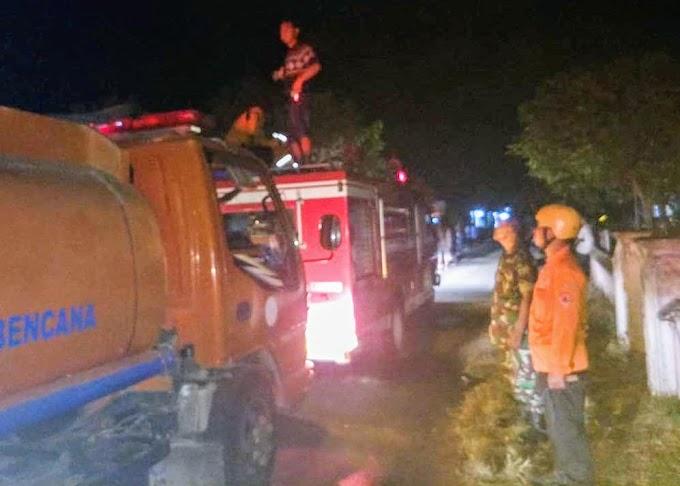 Tim Reaksi Cepat TNI Damkar dan BPBD Kabupaten Nganjuk SIGAP Padamkan Kebakaran Toko Bangunan