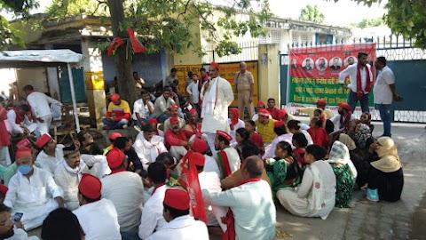 लखीमपुर खीरी में किसानों पर हुए हमले के विरोध में आयोजित सपा के धरने को संबोधित किया विशम्भर प्रसाद निषाद जी ने