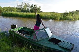 Девушка в маске на моторной лодке