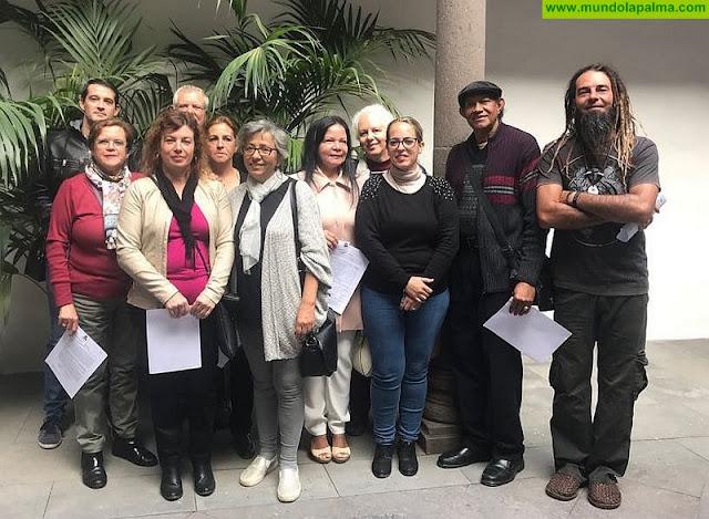 El Cabildo de La Palma entrega de doce nuevos carnés de artesano