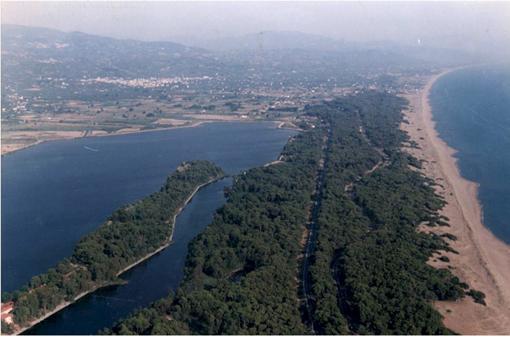 Είναι μια από τις ωραιότερες παραλίες της Λευκάδας και βρίσκεται στα  ανατολικά του νησιού ca7d56d4977