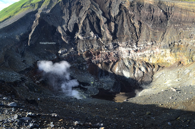 Kepulan asap Kawah Tompaluan Gunung Lokon ©JelajahSuwanto