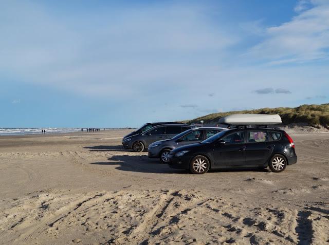 Am Autostrand in Dänemark: Pro und Contra. Auf Küstenkidsunterwegs stelle ich Euch die Argumente für und gegen das Befahres des Strands mit dem eigenen PKW vor und berichte von unseren ganz persönlichen Erfahrungen am Strand von Dänemark.