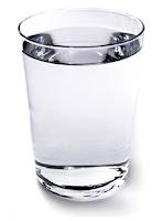 vaso de agua transparente lleno