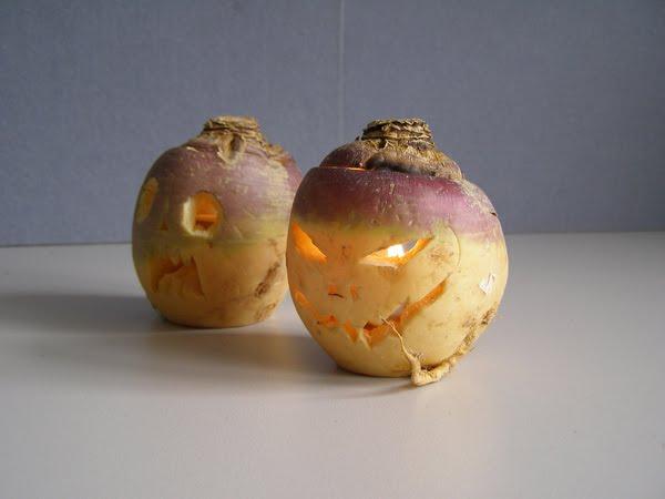 يقطينتان مخيفتان تم تجويفهما من الداخل ووضع الشمع ليظهر  الضوء ساطعا وتستخدم في الهالوين