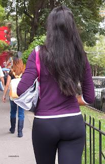 Linda chica mexicana marcando tanga calzas apretadas