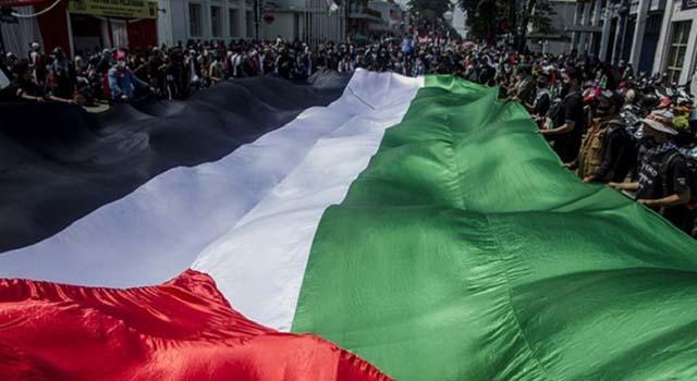 Bendera Raksasa Palestina Dibentangkan di Bandung