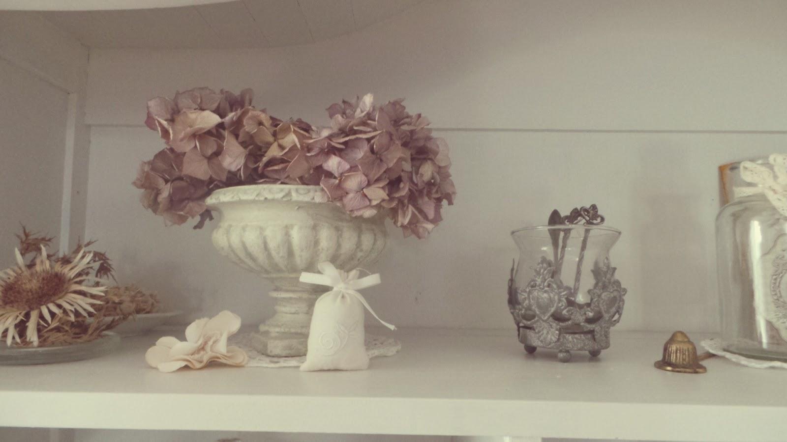 shabby romance das buffet hat jetzt auch eine neue deko. Black Bedroom Furniture Sets. Home Design Ideas