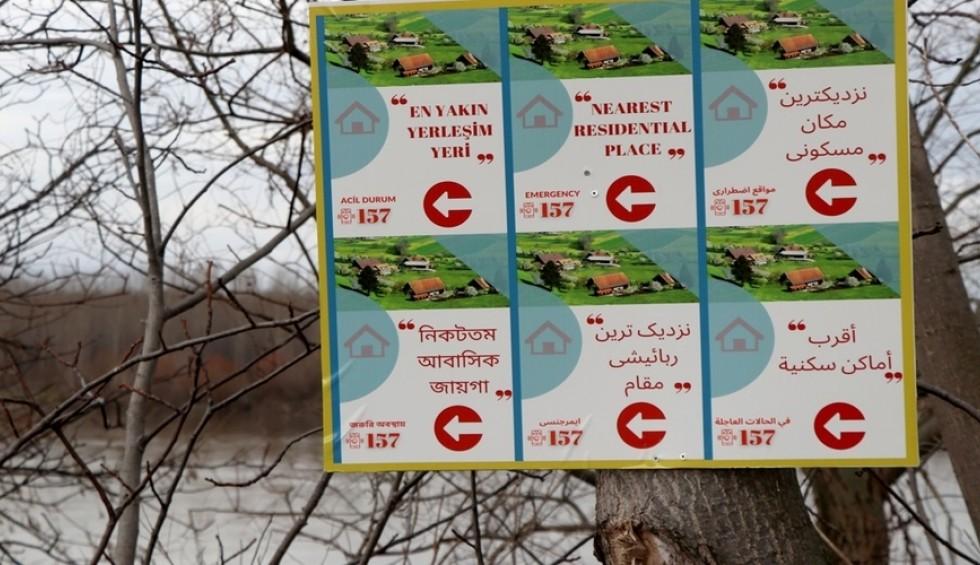 Σύνορα: Οι Τούρκοι καθοδηγούν μετανάστες με πινακίδες σε 6 γλώσσες!