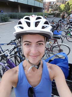 Cycliste souriante, parc de vélos, casque