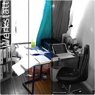 """Schreibtisch mit Rechner, Wörterbüchern, Akten, """"best book"""", Kalender, Stiftköcher, Papiersammler, Lampe und Sockel, auf dem normalerweise ein Monitor steht (von 2008)"""