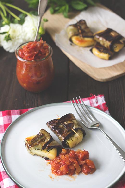 Rezept vegetarisch Grillen: Auberginen-Grillkäse-Päckchen mit Minz-Basilikumpesto und Tomatenchutney. Holunderweg18