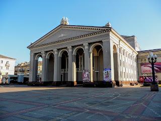 Ровно. Театральная пл. Ровенский областной музыкально-драматический театр