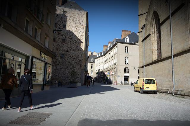 Le rue du Vau Saint-Germain, propre, lunaire, aseptisée... Moche quoi !