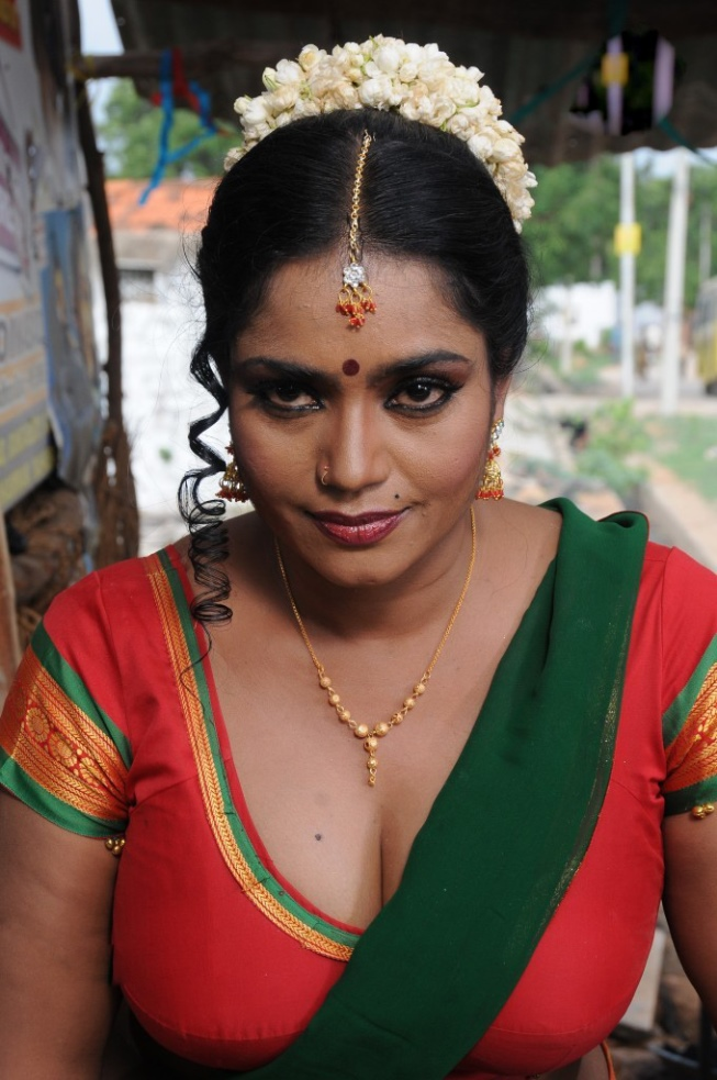 Busty aunty saree exposing adult archive
