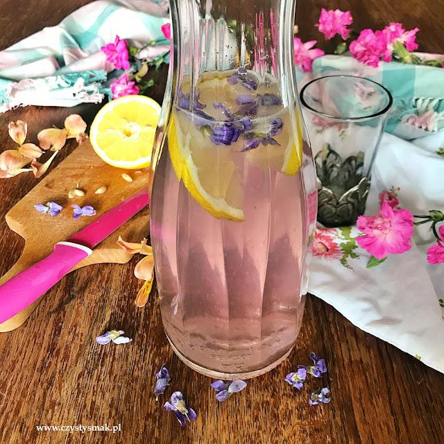 Lemoniada z jadalnych kwiatów