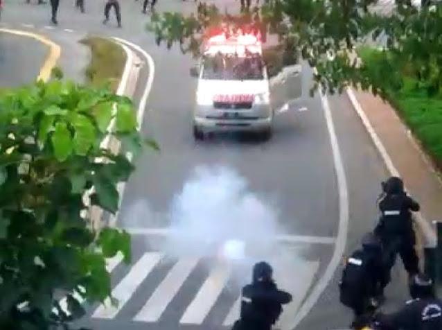 Gila! Ambulans Diserang Polisi, Ditembaki Gas Air Mata hingga Jalan Mundur