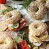 Selbstgemachte Bagels mit Lachs und Avocado & Ziegenkäse, Birne und Honig