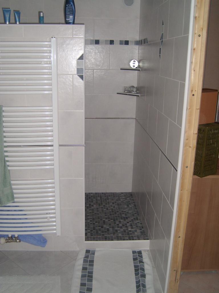 salle de bain blanche douche l 39 italienne avec jonc inox pierres naturelles et mosa ques. Black Bedroom Furniture Sets. Home Design Ideas