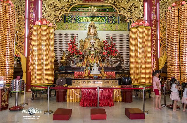 Die chinesische Seegöttin Mazu in der Gebetshalle. Thean Hou Temple.