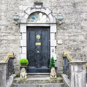 Things to do near Athlone: Door flanked by sphinxes in Tullamore