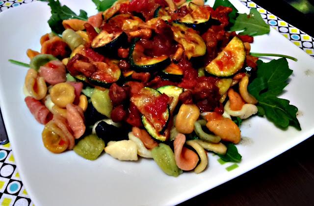 Kurki w sosie pomidorowym z grillowaną cukinią