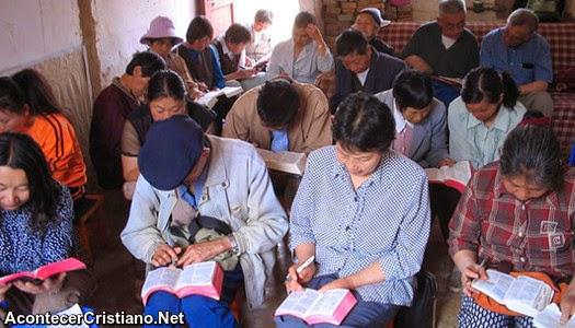 Cristianos chinos leyendo la Biblia