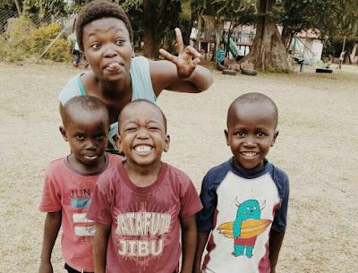 Esther junto a otros niños de la ONG con la que colaboramos en Kenia.