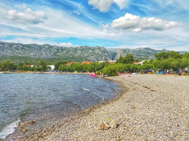 widok na góry Velebit z plaży, Chorwacja, plaże