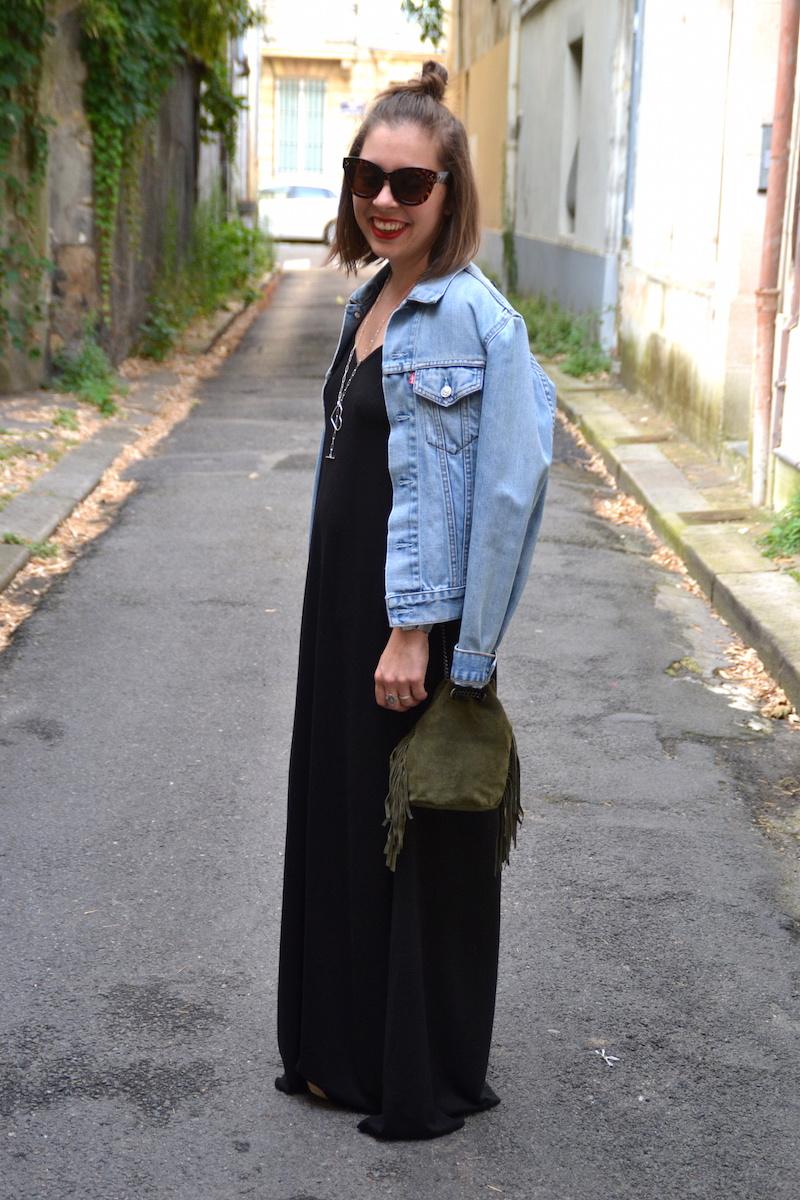 robe longue noire Asos, veste en jean Levi's, sac seau a frange Kaki