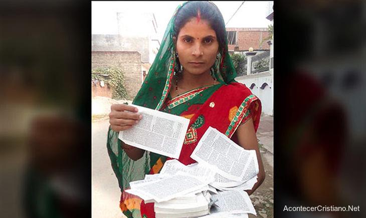 Mujer con Biblia rota