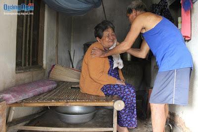 Quảng Ngãi Ông lão 81 tuổi nuôi vợ tai biến hơn 9 năm