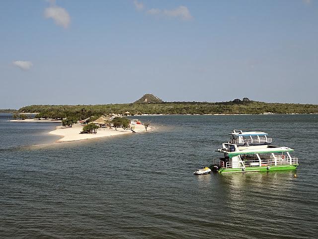 Uma viagem de barco e rede de Manaus a Belém, passando em Alter do Chão: botos e outros bichos, índios, selva, praias, museus e encontros de muitas águas!