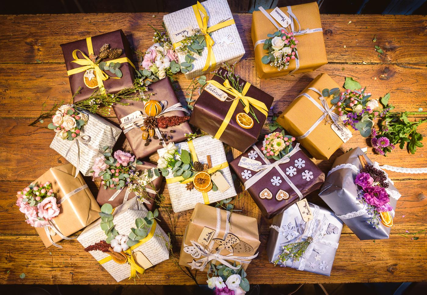 originálne balenie darčekov s kvetmi
