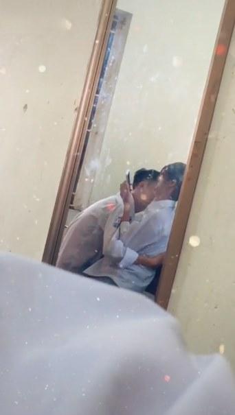 Xôn xao với đoạn clip nam sinh vô tư thể hiện tình cảm với bạn gái ngay trong lớp