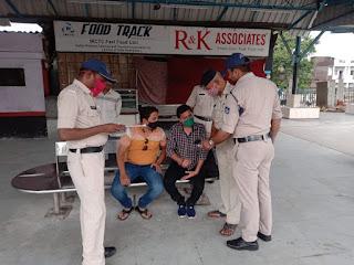 एमपी हेल्प एप्प का जीआरपी पुलिस द्वारा स्टेशन पर प्रचार प्रसार किया जा रहा