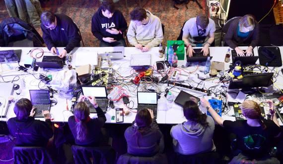 Em Hamburgo, uma miríade pessoas no Chaos Computer Club