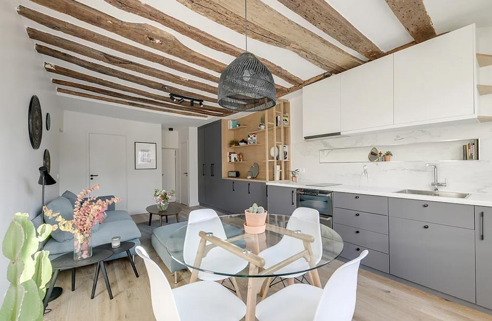 Salón de estilo nórdico con mobiliario a medida