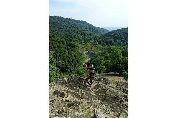 Тропа вверх местами проходит по скалам