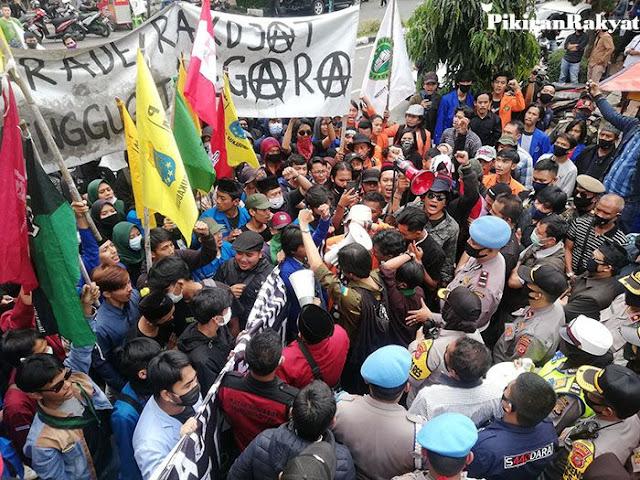 Memanas! Mahasiswa Kepung dan Memaksa Masuk Gedung DPRD, Tolak Omnibus Law