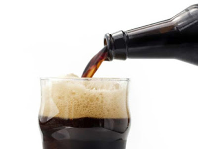 servindo cerveja escura
