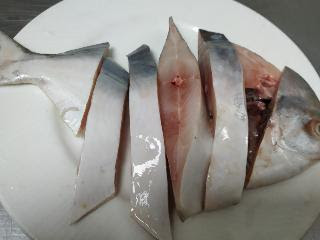 Pomfret fish cut into pieces for Pomfret fish tawa fry recipe