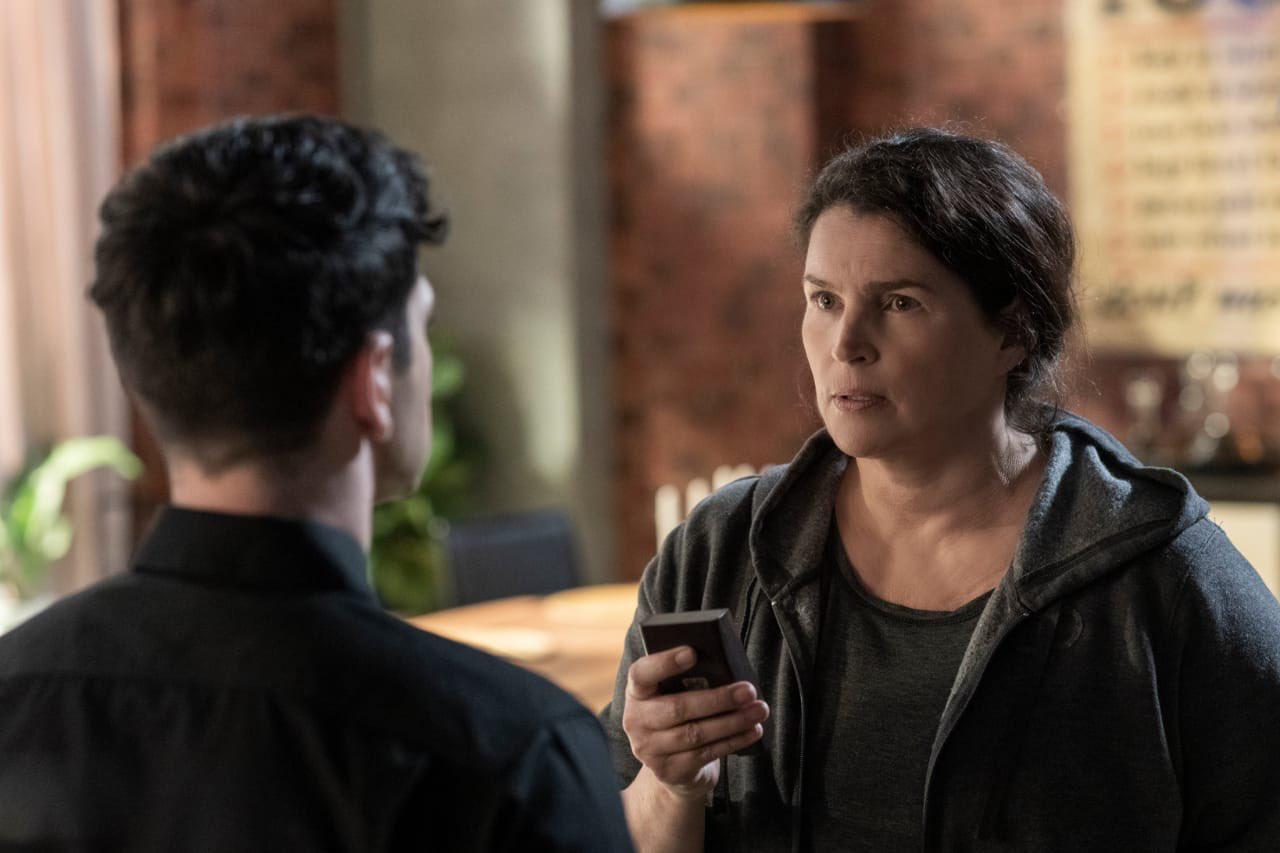 Elizabeth da una lección de comunidad de Barca en el episodio 1x03 de The Walking Dead: World Beyond