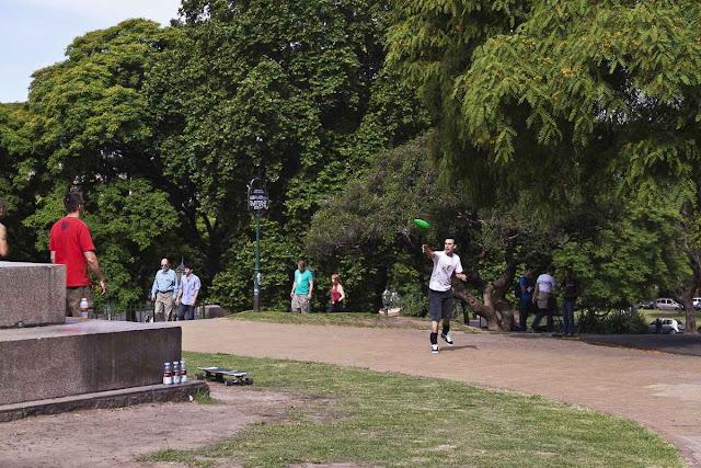 Gente jugando en la Plaza Mitre