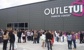 d884869711979 Outletui estrena una planta nueva con 15 marcas de lujo y ropa de temporada
