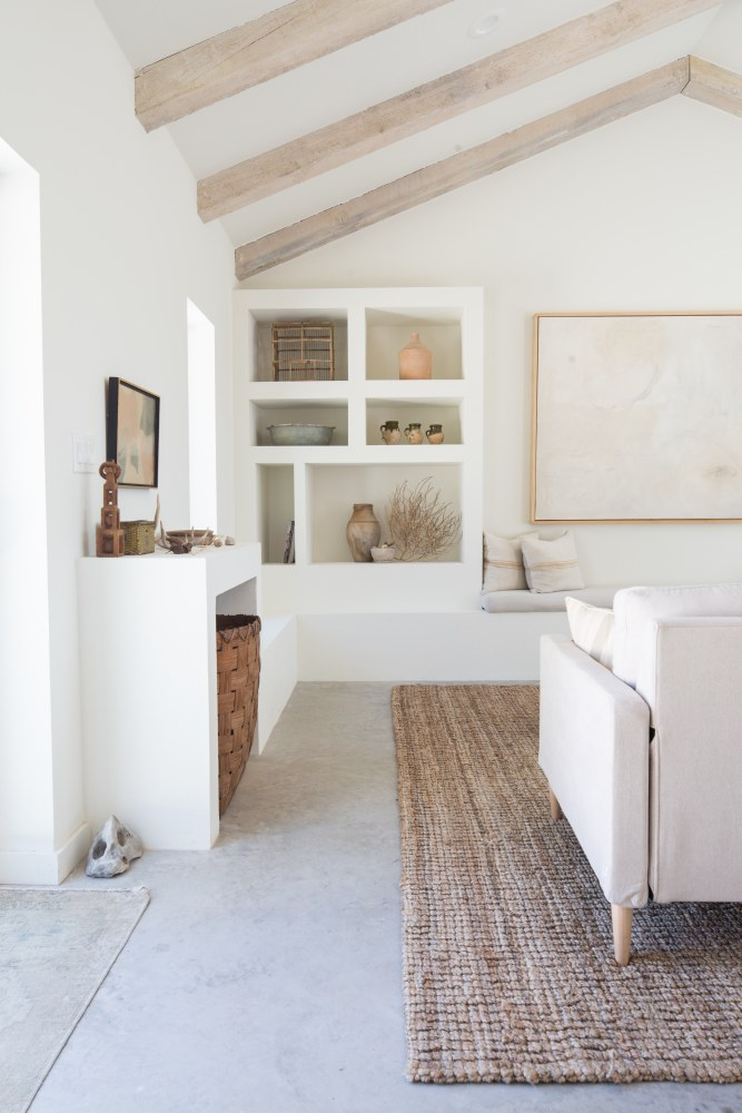 Salón blanco con vigas de madera